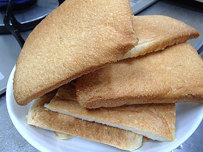 サンドイッチ作りには十分な四角いパンの耳。後で他の物も作ります。