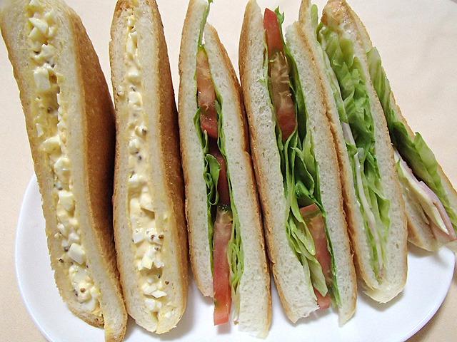 こうしてみるとあまり違和感がないような。こんな感じの具材の入ったパンはあるかも。