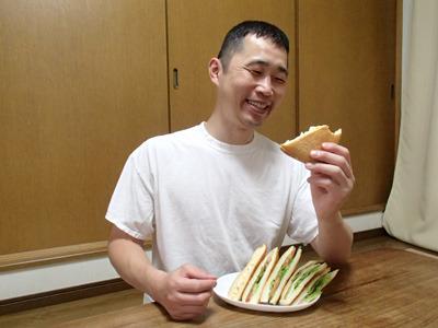バケットに切れ目を入れて作ったサンドイッチとはまた違う食べ応え。うまいね。