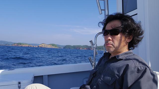 船の上で当時の話を語ってくれた津留崎さん