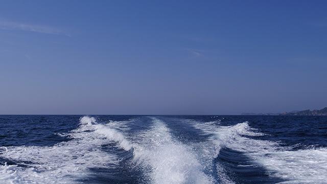 航跡を残して船は進む