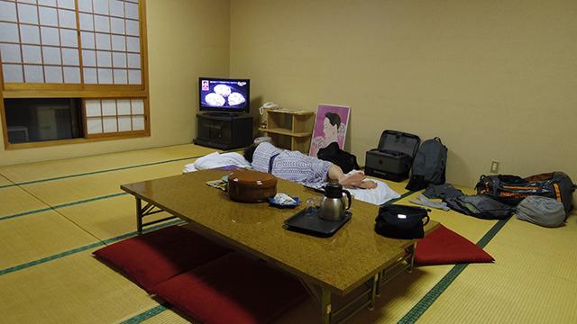 旅館ですぐに眠ってしまった津留崎さん。連日4時起き。釣りの撮影はハードなのだ