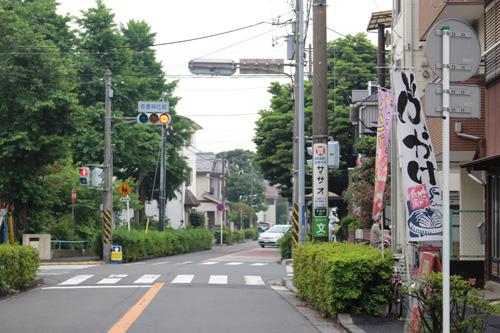 バス停から徒歩30秒、吾妻神社のすぐ向かいに