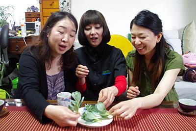回答者は当サイトライターの土屋さん(中央)とそのご友人の伊藤さん(左)、ヨヨさん(右)。