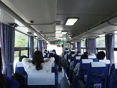 名古屋駅からリトルワールド行きの高速バスに乗って1時間弱。女子大生グループから自撮り棒が2本伸びてきた