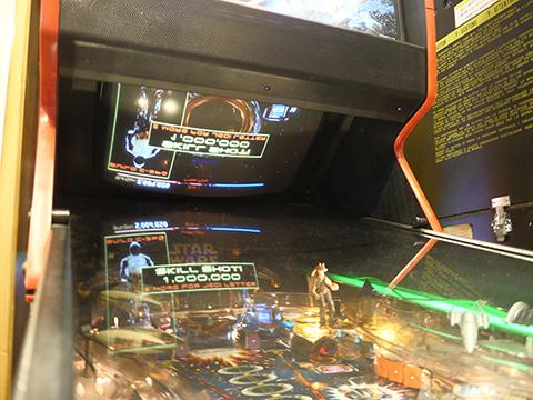 これがピンボール最後のヒット、ピンボール2000シリーズのスターウォーズ。上の画面を反射させて擬似3Dになっててすごい。