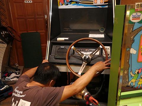 今日やってたのはこの筐体の修理。「こういう長い眠りについたマシンにはそれなりの事情がどこかにあるん。そこを突き止めないといけない。直る場合は数時間で直るし、直らん場合は数ヶ月かかる」
