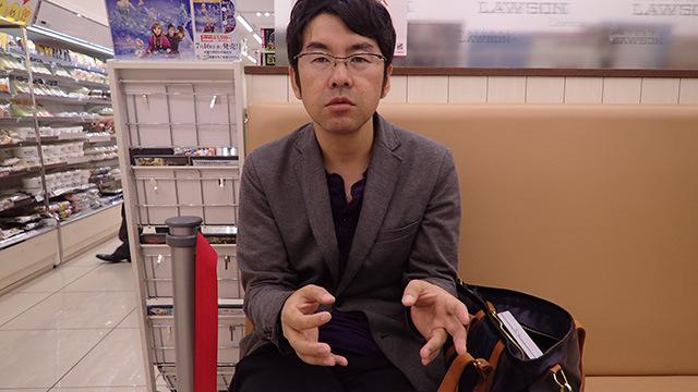 コンビニのイートインスペースでろくろを回す伊藤さん。
