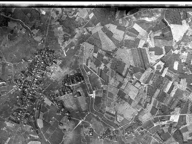 だいたい同じ範囲の1948年の様子。国道408号線以西はこの時から地割りのパターンが変わっていない。特徴的なのは写真西端の街道筋の集落だ。ひとつ前の現在の航空写真を見るとこれが今でも同じように残っているのが分かる。ここは「一掃」されなかったわけだ(国土地理院「地図・空中写真閲覧サービス」より・コース番号R793 写真番号10 撮影年月日1948/01/05(昭23)をトリミング)