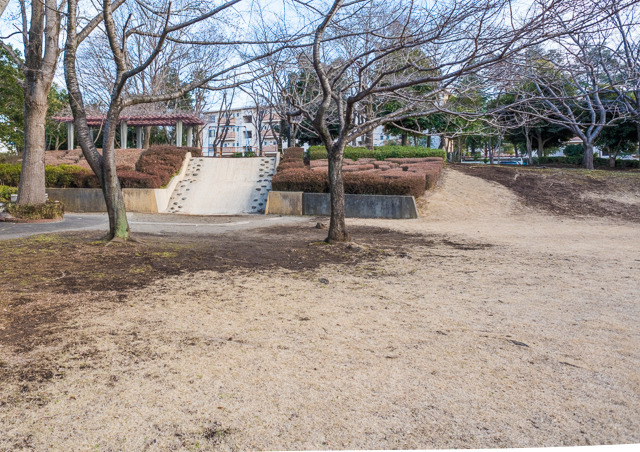 公園にも敷地のデコボコを活かした滑り台などが。