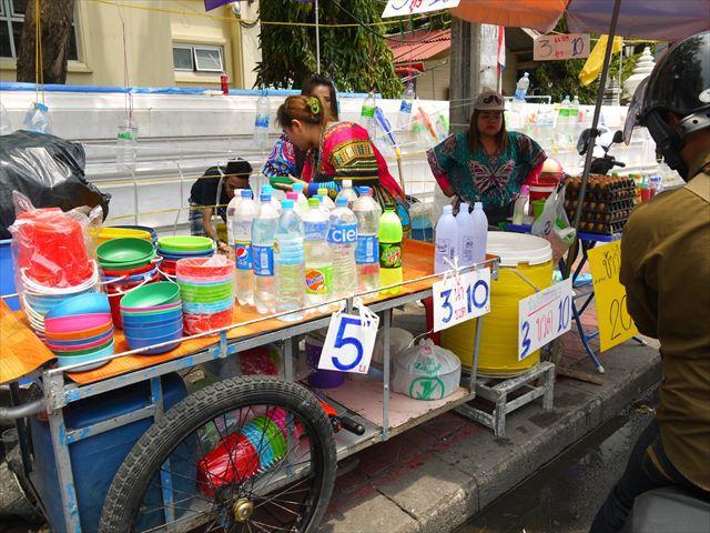 路肩で売られる大量の水・水・水…。