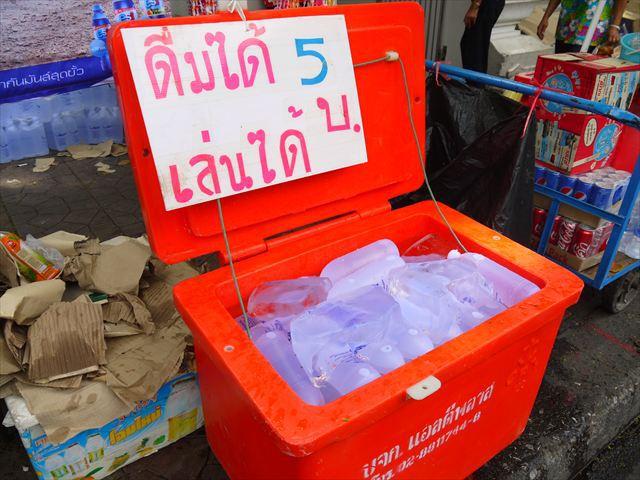 中には氷が大量に入った冷水も売られている、これで撃たれるとヒヤッとする訳だ。