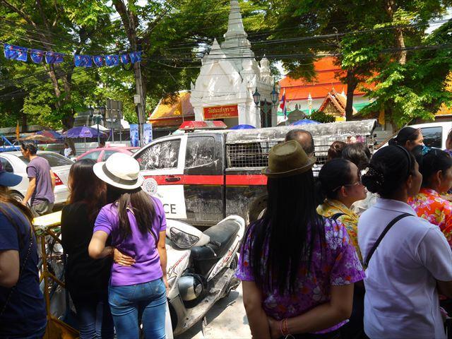 警察の護送車らしい車が停まっていたが、