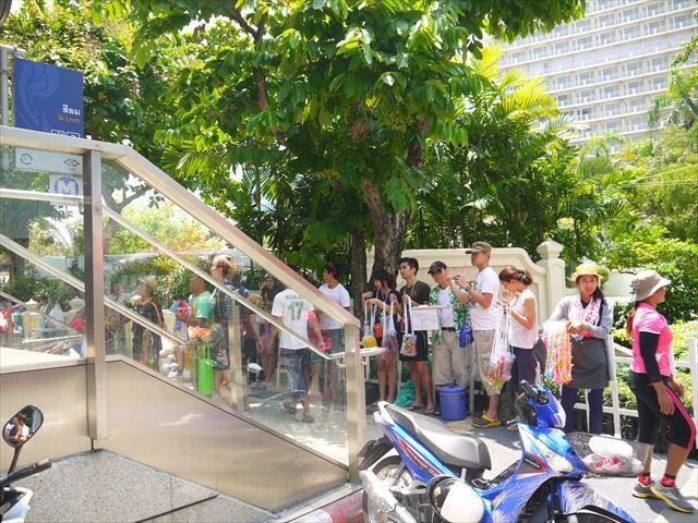 駅の出口付近で、防水ケースを売る商売人たち。