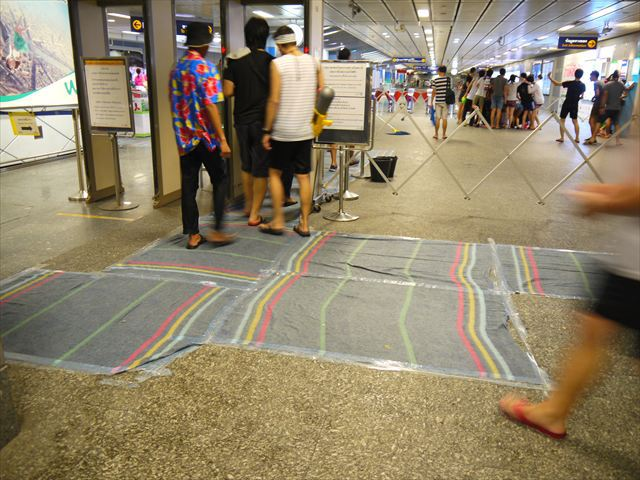 駅構内には、足裏の水気を払うためシートが敷かれていた。