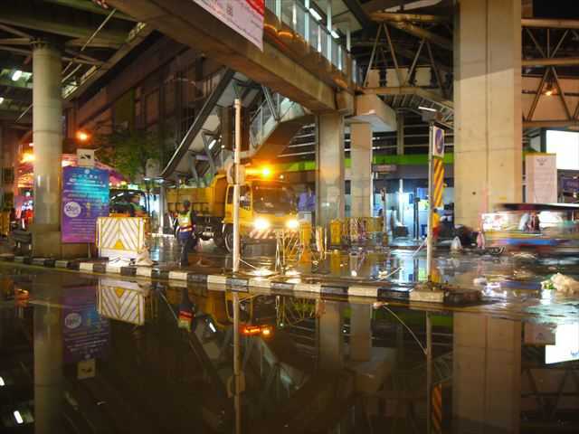 洪水状態になったバンコクの風景を、粛々と復旧する公務員風の皆さん。