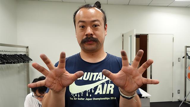調べていた宮城さんの手が真っ黒。指先の匂いだけだとロボットのようだった