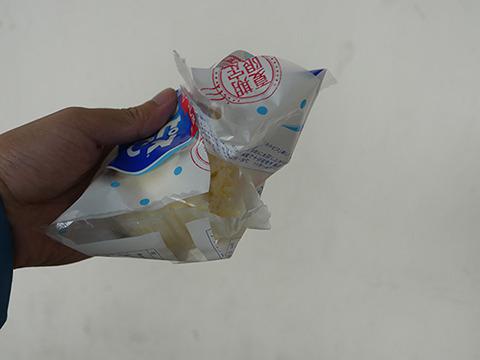 このパン、封を開けて端をちぎってあるのだ。完全に食べかけのビジュアルである