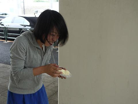 道に落ちてる菓子パンをすぐ食って笑いがとまらなくなった古賀さん。そんなすごい女知らん! 妾とか囲ってそう!