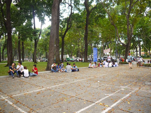 公園は決まって、学生が集まっている。 または川辺か、これが湖の多いハノイだと湖岸になることが多い。