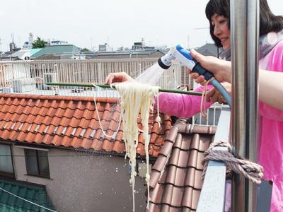 いきなり人の食べ物に、園芸用のシャワーをかけだす伊藤さん。「大丈夫。水道水ですから」