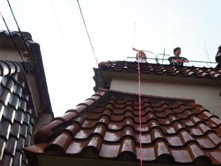 今度は上からヒモを垂らして、うどんをひっぱりあげようという伊藤さん。