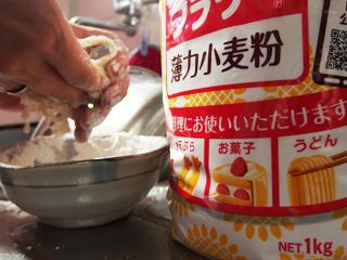 小麦粉、水、塩をこねて、うどんの「繋ぎ」をつくる。