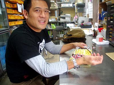 沖縄らしい顔立ちの金城製麺三代目。ガレッジセールのゴリに似ていると観光客から100回くらい言われていそう。