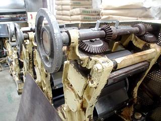おじいさんが修行先から引き継いだという年代物の製麺機。ローラーの幅を調節する歯車を眺めながら泡盛が呑めるな。
