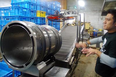 左が油をまぶす機械。文句なくかっこいい。