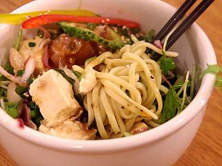 石垣島初のハトナイトがおこなわれた『島野菜カフェ リハロウビーチ』には、メニューにからそばがあった。うますぎて別物だが、冷たい八重山そばの可能性を感じる。