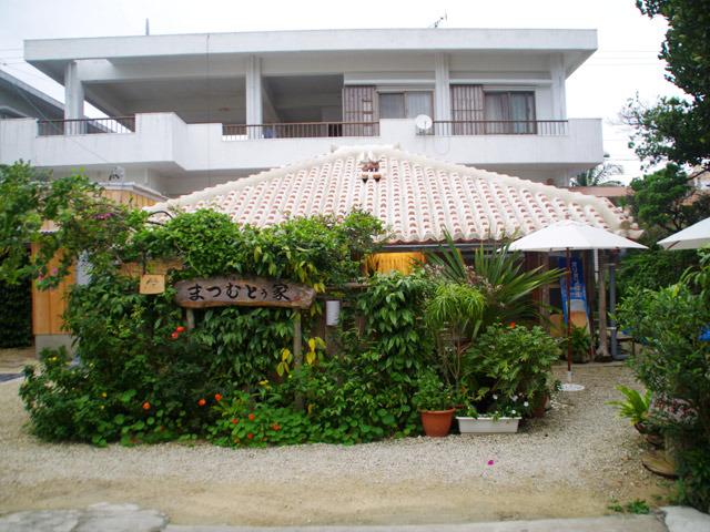 庭や縁側がある石垣島の伝統的な平屋住宅。こういう建物が残っていて、そこでご飯が食べられるのは観光客としてもうれしい。