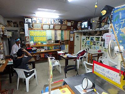 長期滞在者やリピーターが何度も立ち寄る店のようです。壁一面に貼られている写真がトニーこと赤木圭一郎。