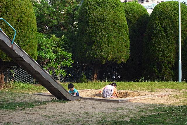 敷地内に小さな公園スペースがあり、子供たちがよく遊んでいた。