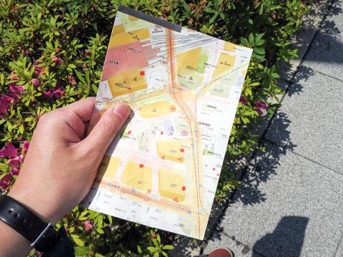 地図を片手に建物の南東側を目指す