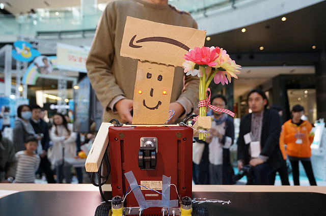 NES Champ uses a Famicon (=Nintendo Entertainment System) as its body, and this dapper robot gives a flower to his opponent.