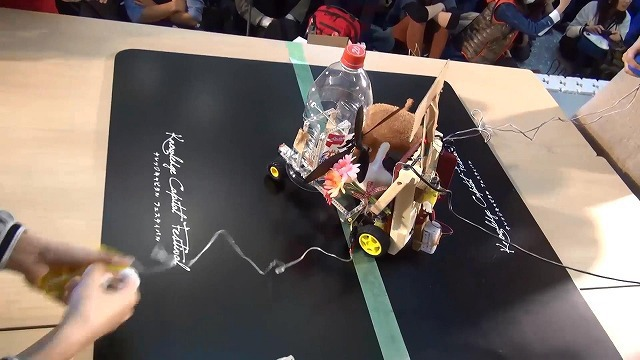 As the bout starts, the four robots gather in the center. As a result, Human Connection is squashed in the middle.