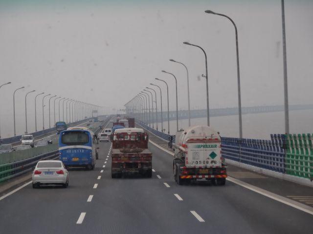 海を横切る世界最長クラスの橋「杭州湾海上大橋」を渡って上海から寧波に