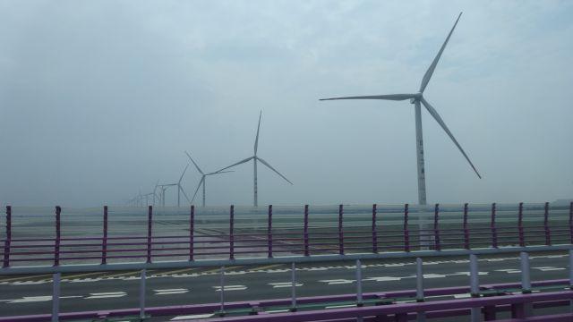 橋の入口の巨大風力発電風車群に視界が吸い込まれて圧倒されて萌える