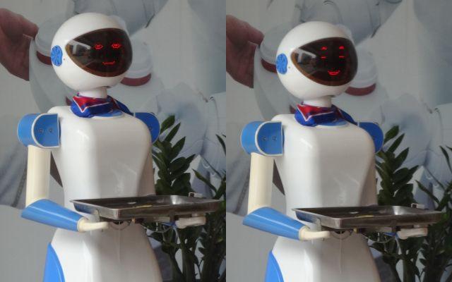 看板ロボットは喋らないが味のある表情を見せる