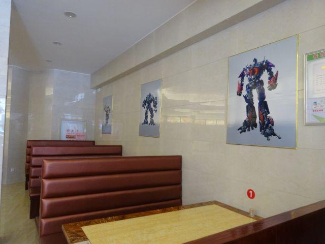 ファイトクラブ系のロボットレストランか。それはそれで楽しそうだ