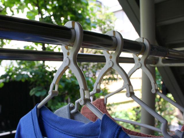 これがぼくのハンガー。上部が洗濯バサミのようになっていて、物干し竿を挟み込むタイプ。