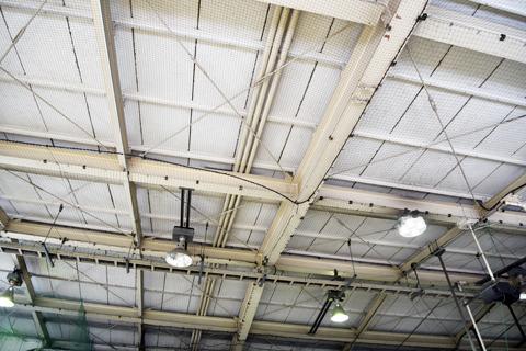 駅舎の天井がどことなく刑務所っぽいのは気のせいか