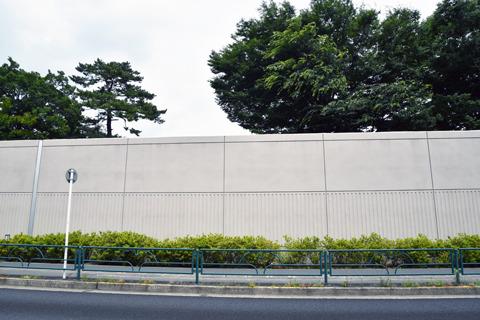 脱走許すまじ、といった佇まいの巨大壁