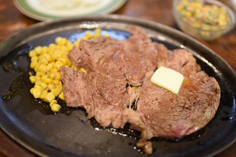 カロリーステーキはライス・サラダ付で150g1400円~。ジューシーでうまい肉だった