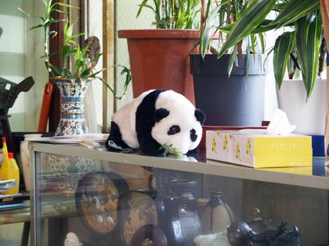 店内はパンダや中国の調度品が置いてあるなど、どことなく中華風味