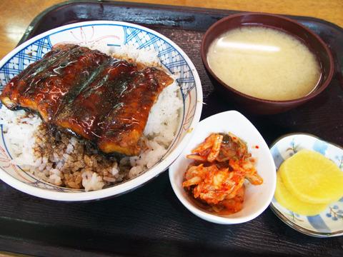 こちらはうな丼。味噌汁とキムチ、たくあんもついて850円