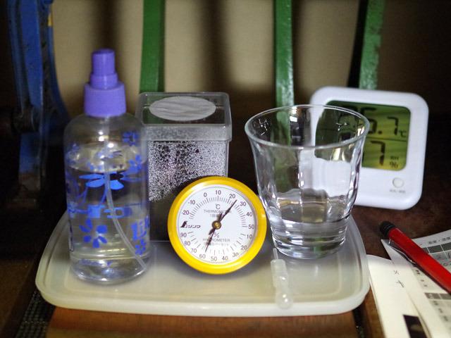 張り切って温湿度計を買ってきたのだが、デジタルのが既にあった。家にある温度計って、けっこうな確率で湿度計が付いているよ!