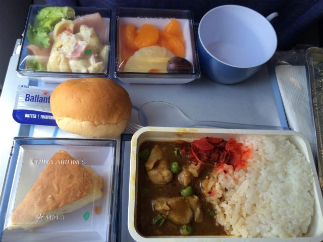 どうしても機内食の写真は撮ってしまう
