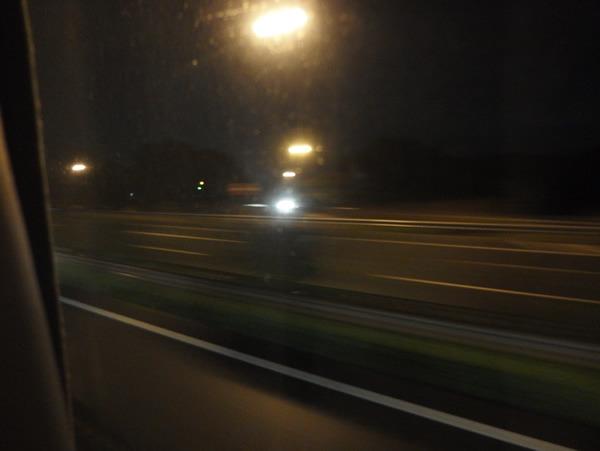 「俺、遠くに行っているな」と流れる外灯を見て思う。深夜バスに乗っているときに流れる独特の雰囲気、すごく良くないですか?